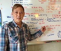 英会話教室での写真004 ホワイトボードと私です。