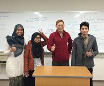 英会話教室での写真005 生徒さんとの写真です。