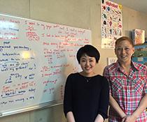英会話教室での写真008 生徒さんと私です。