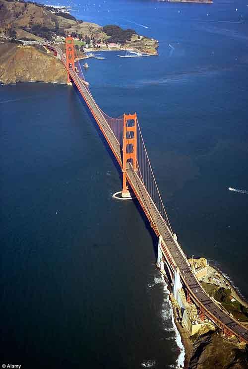 空から見たゴールデンゲートブリッジの写真