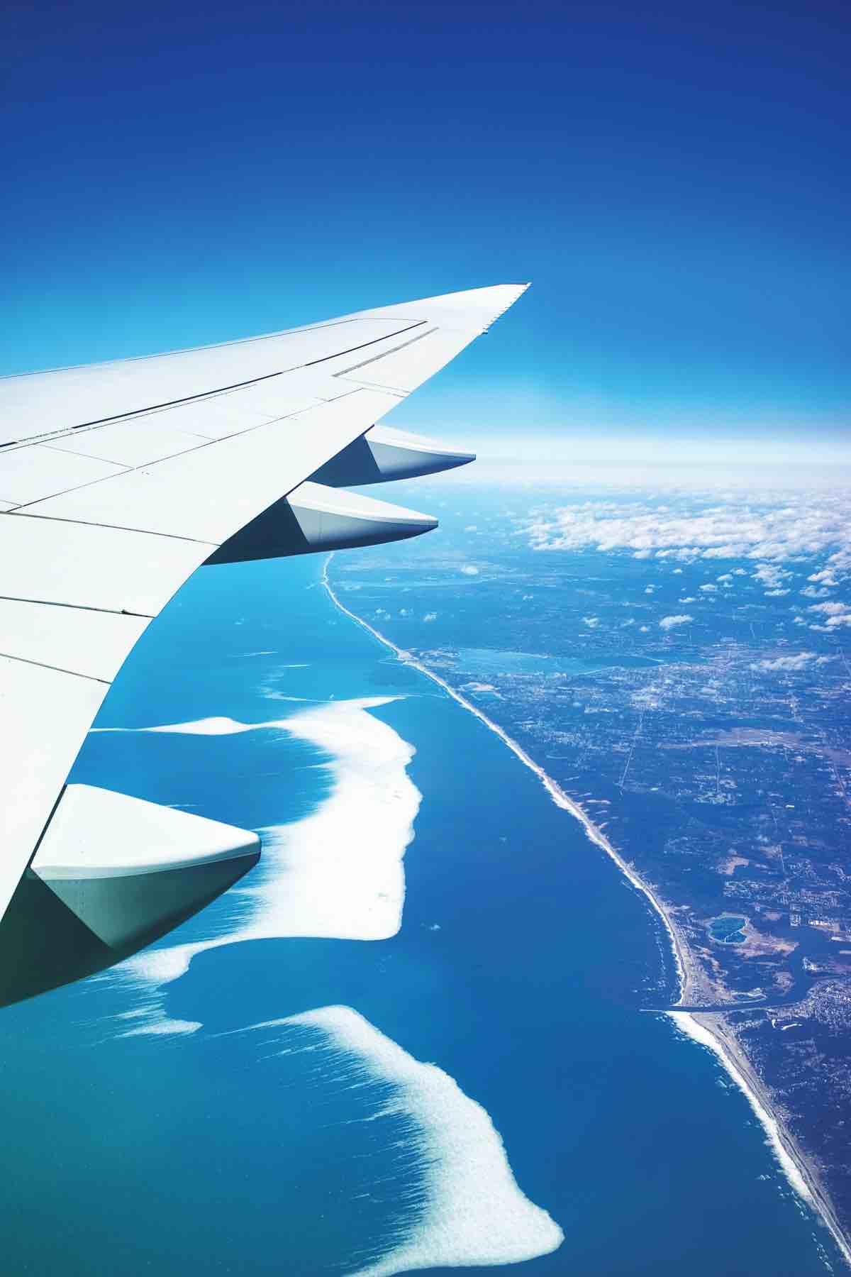 海外へ飛ぶ飛行機の窓からの写真。