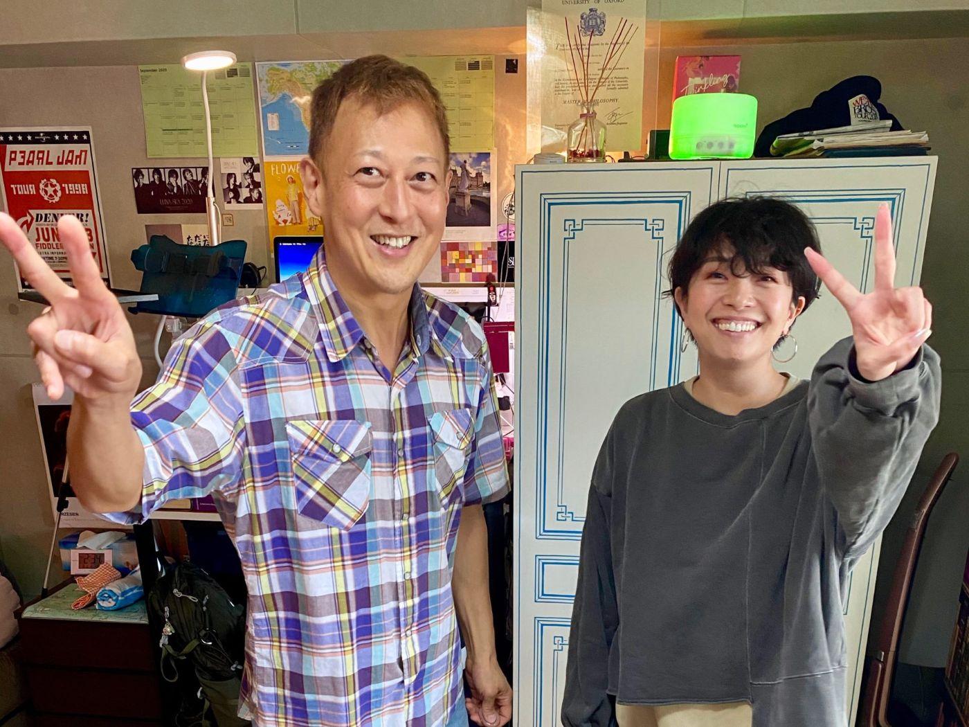 英会話スクールの生徒さんたちと教師マイク先生との写真。マンツーマンでの英語・英会話コーチングをしています。