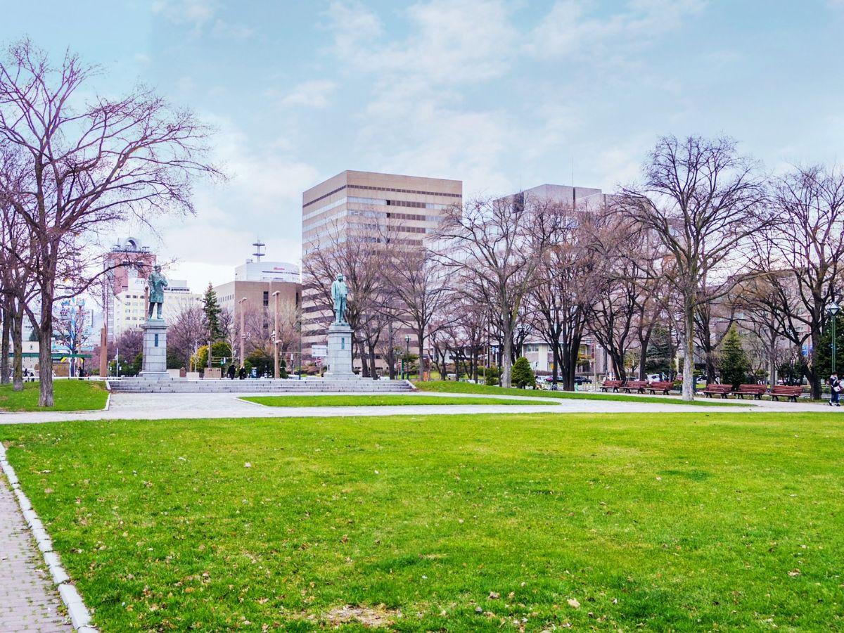 大通公園内の黒田清隆とホーレス・ケプロンの銅像。