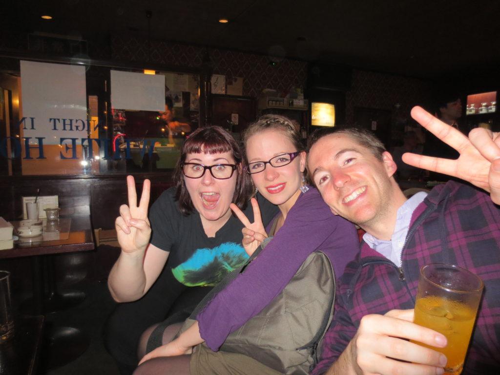 バーで友達と。