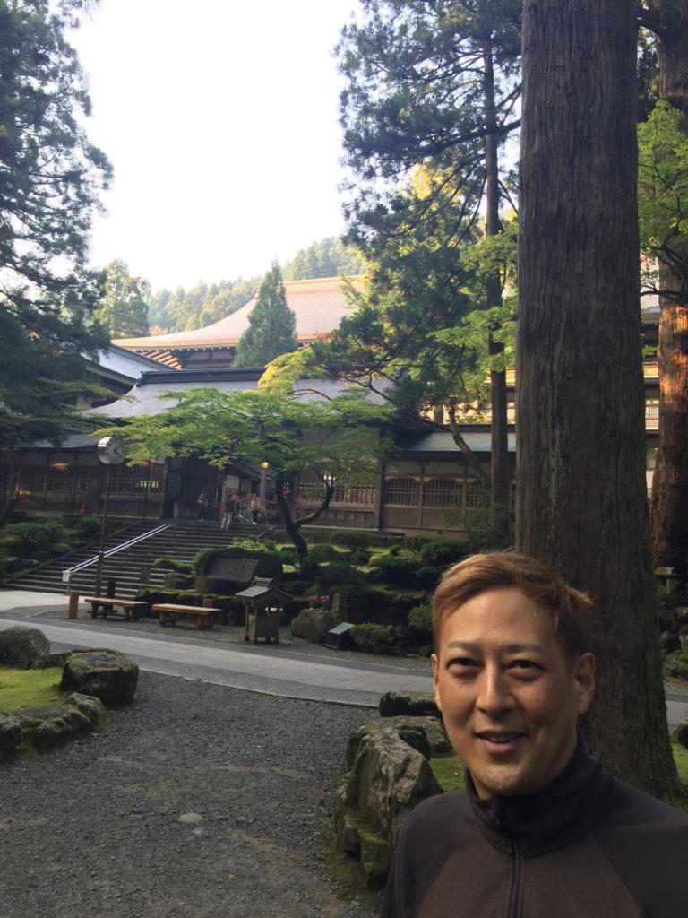 お寺を背景に。