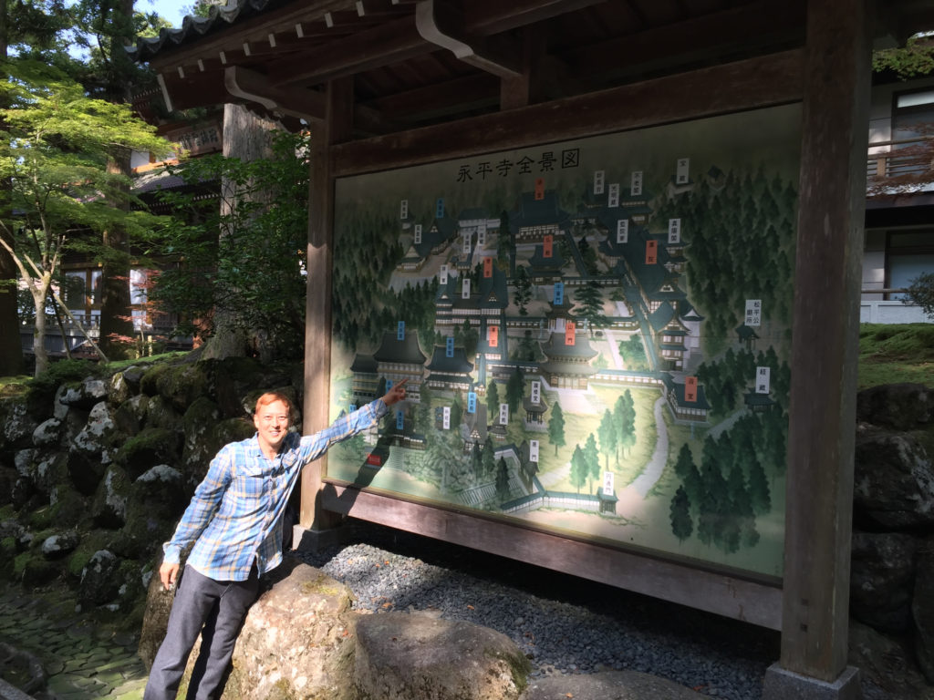 お寺の地図の前で。